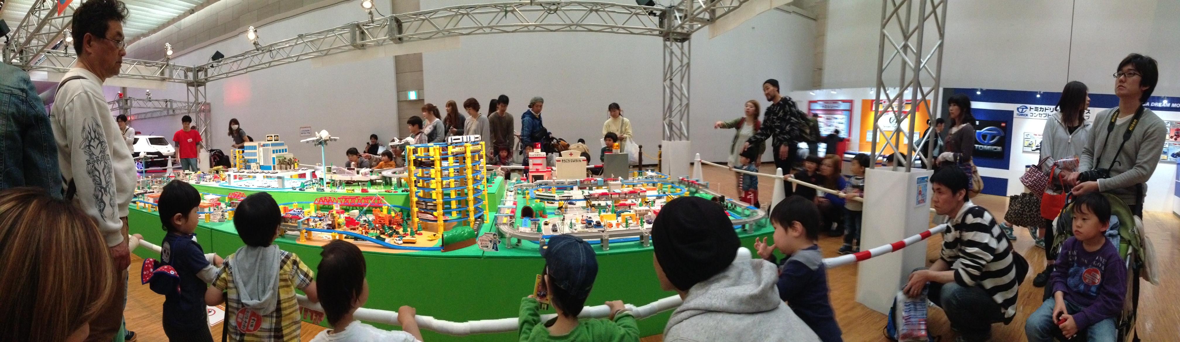 アトラクションゾーンのゲームの景品と、物販ブースで購入した分を合わせて8台くらいトミカが増えました。